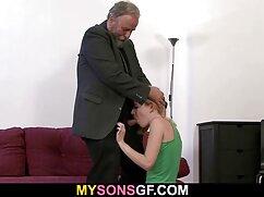 Una pareja real tiene relaciones sexuales íntimas putas caseras mexicanas frente a la chimenea.